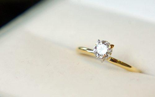 婚約指輪のお返しの話 - どのくらいの人が贈ってる?いつ渡す?価格は?