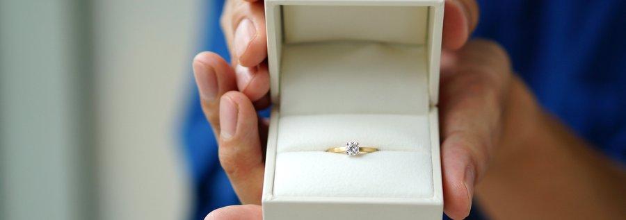 プロポーズ用に箱に入った婚約指輪